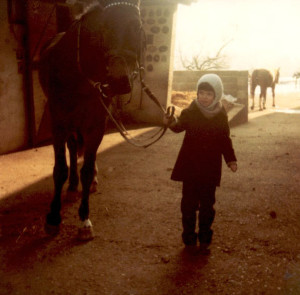Keine zu klein, eine Pferdeliebhaberin zu sein.
